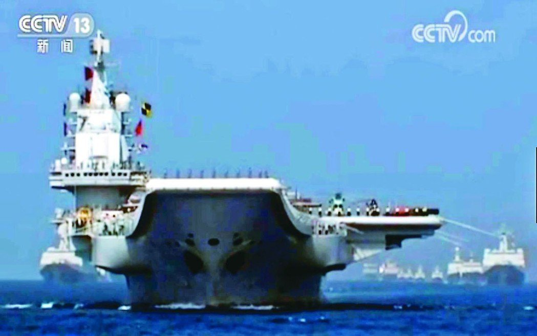 大陸航母遼寧艦帶領逾40艘艦艇,參加南海海上閱兵。 圖/取自央視新聞