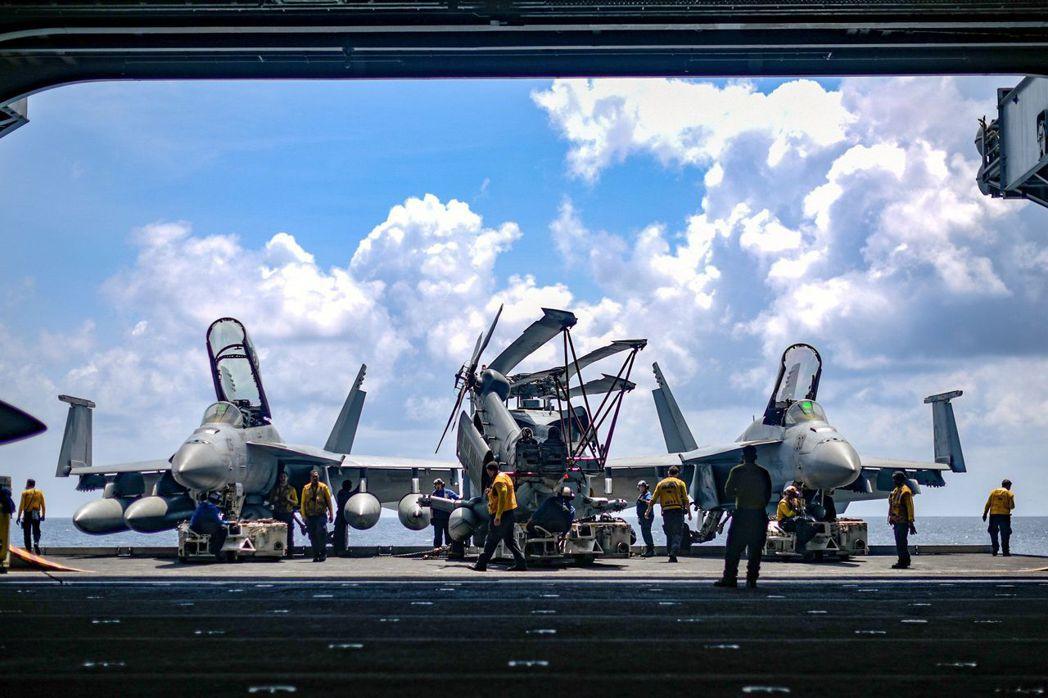 羅斯福號的士兵將戰機移至機庫。 (路透)