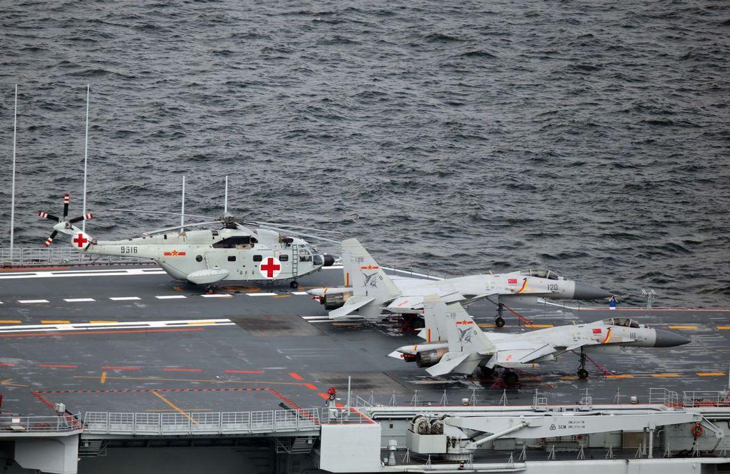 2017年7月遼寧艦訪問香港,圖為艦上的殲-15戰機。 (中新社)