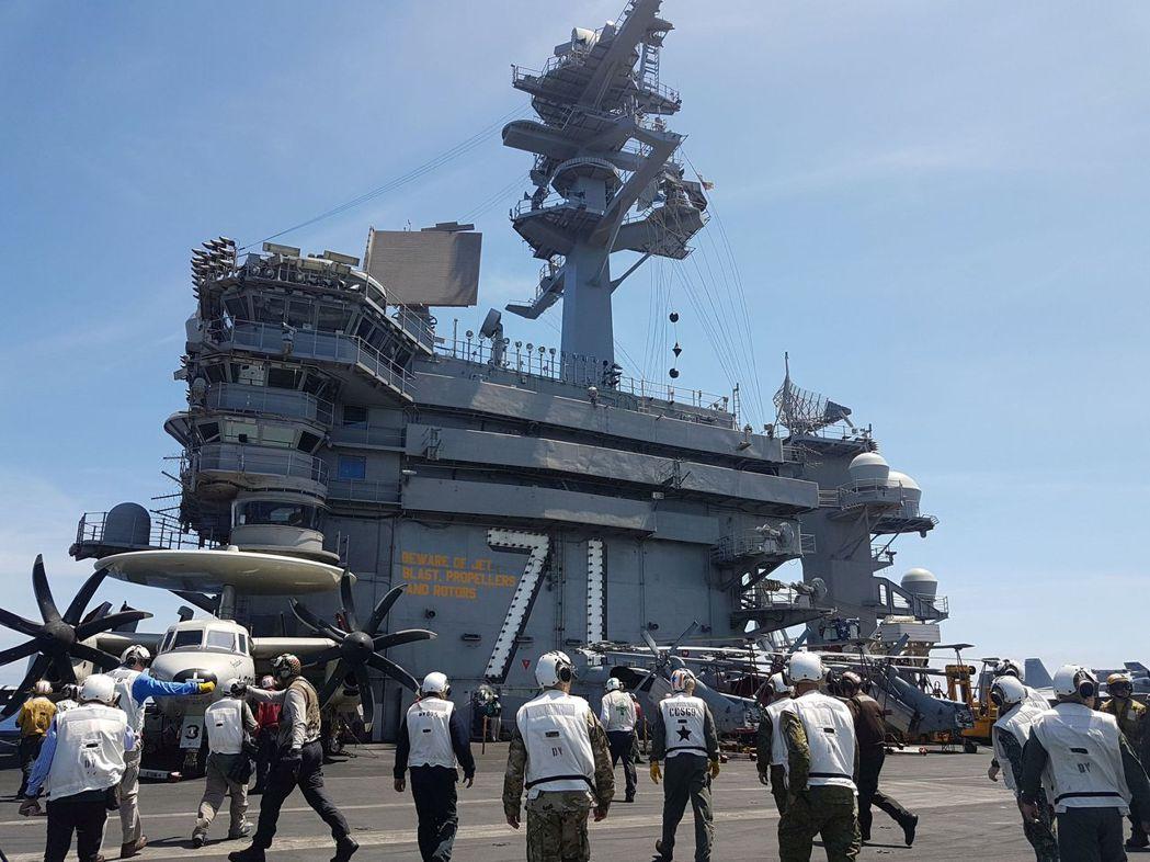 羅斯福號的官兵正分頭執行任務。 (路透)