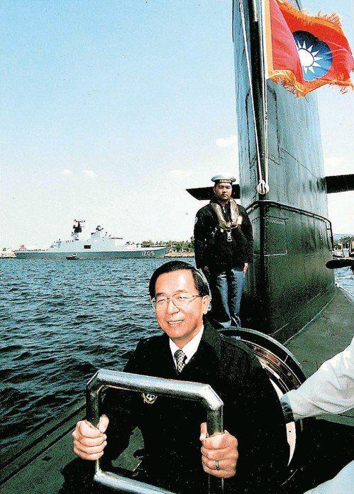前總統陳水扁2002年2月23日首度搭乘海龍號潛艦,當時總統府在事後才公布。圖/...
