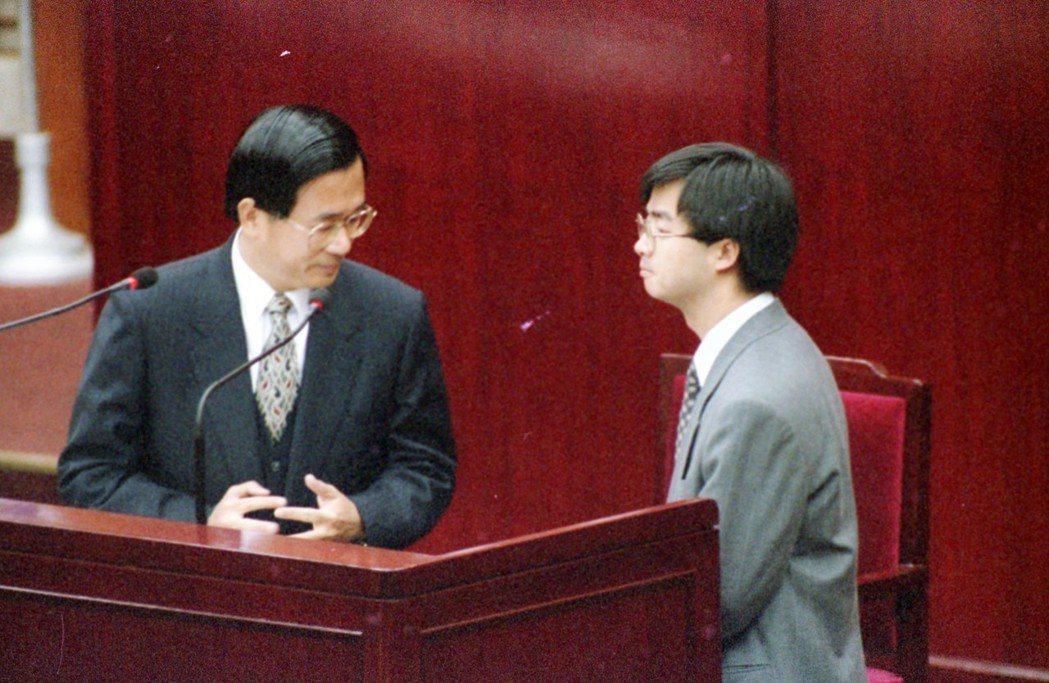 陳水扁(左)1994年當選台北市長後,任命羅文嘉擔任新聞處長。 圖/聯合報系資料...