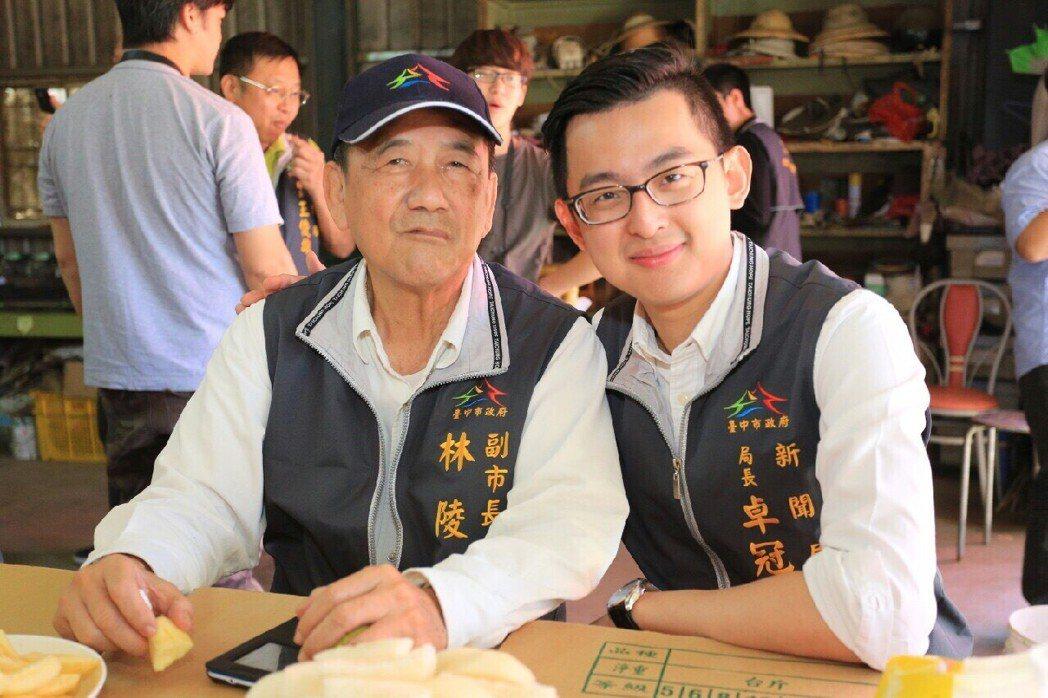 台中市新聞局長卓冠廷(右)28歲上任,與市府內最資深的副市長林陵三,感情很「麻吉...