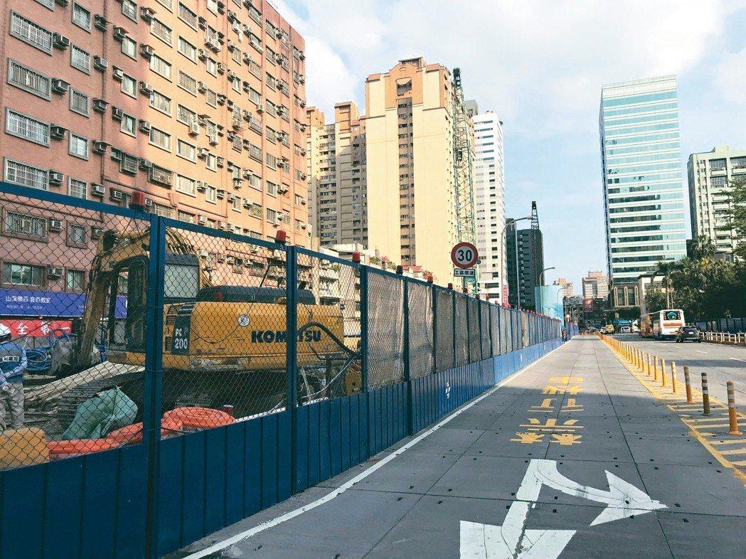 施工中的捷運萬大線永和站一帶。 記者游智文/攝影