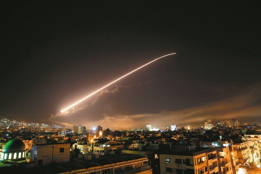美國總統川普13日在白宮宣布,他已下令以飛彈攻擊敘利亞阿塞德政權的化武設施。敘利...
