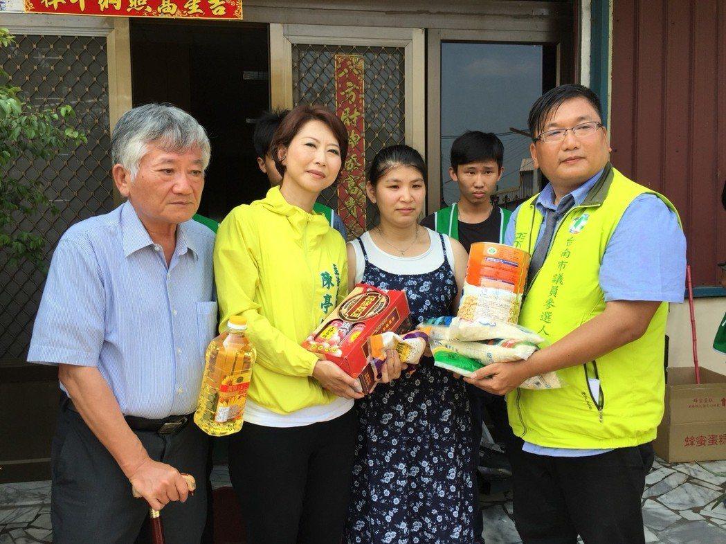 立委陳亭妃(左二)與台南市議員參選人張豪澤(右一)送物資給弱勢家庭。記者吳政修/攝影