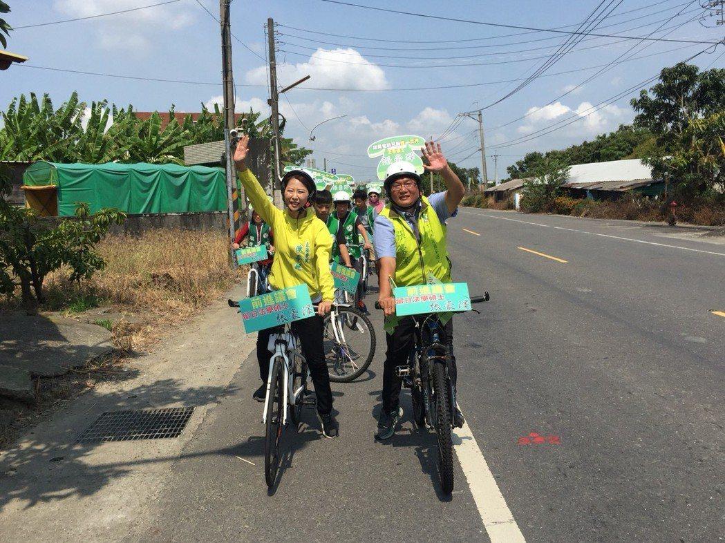立委陳亭妃(左)與台南市議員參選人張豪澤(右)騎腳踏車。記者吳政修/攝影