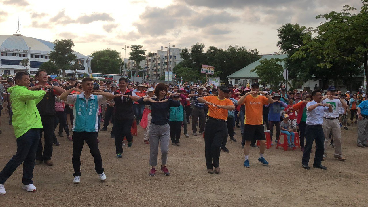 高雄長庚醫院今在衛武營文化園區舉辦環保健走活動,鼓勵大家運動,並用雙腳走出健康。...