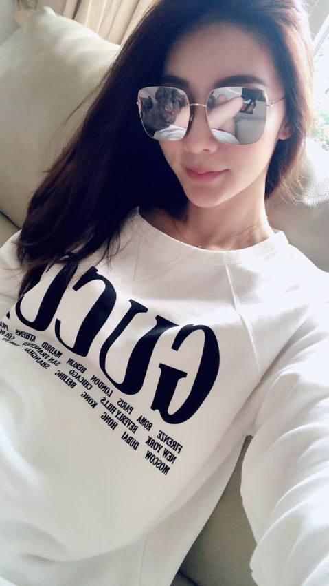 近來轉型當電商的吳亞馨,在臉書上常分享美照,她日前po出一張戴墨鏡的美照,卻被網友發現更驚人之處,原來鏡面墨鏡反射出她一雙白晰長腿,而她也穿起時下最流行的下半身失蹤裝,一件白色長版上衣,露出姣好身材...