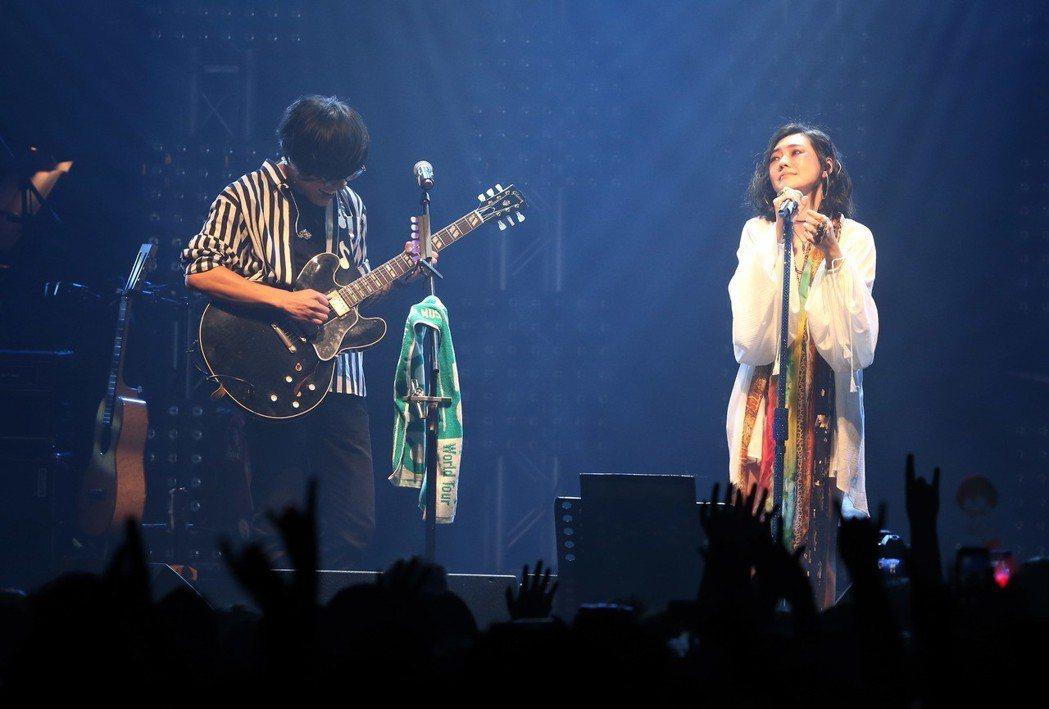 盧廣仲(左)開唱,嘉賓小S唱小丑落淚。記者林俊良/攝影