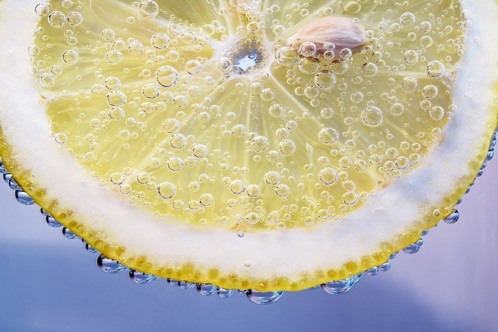 除了緩解喉嚨痛、幫助消化及排毒,喝檸檬水對健康還有許多好處。臨床營養師奧頓.貝茲...