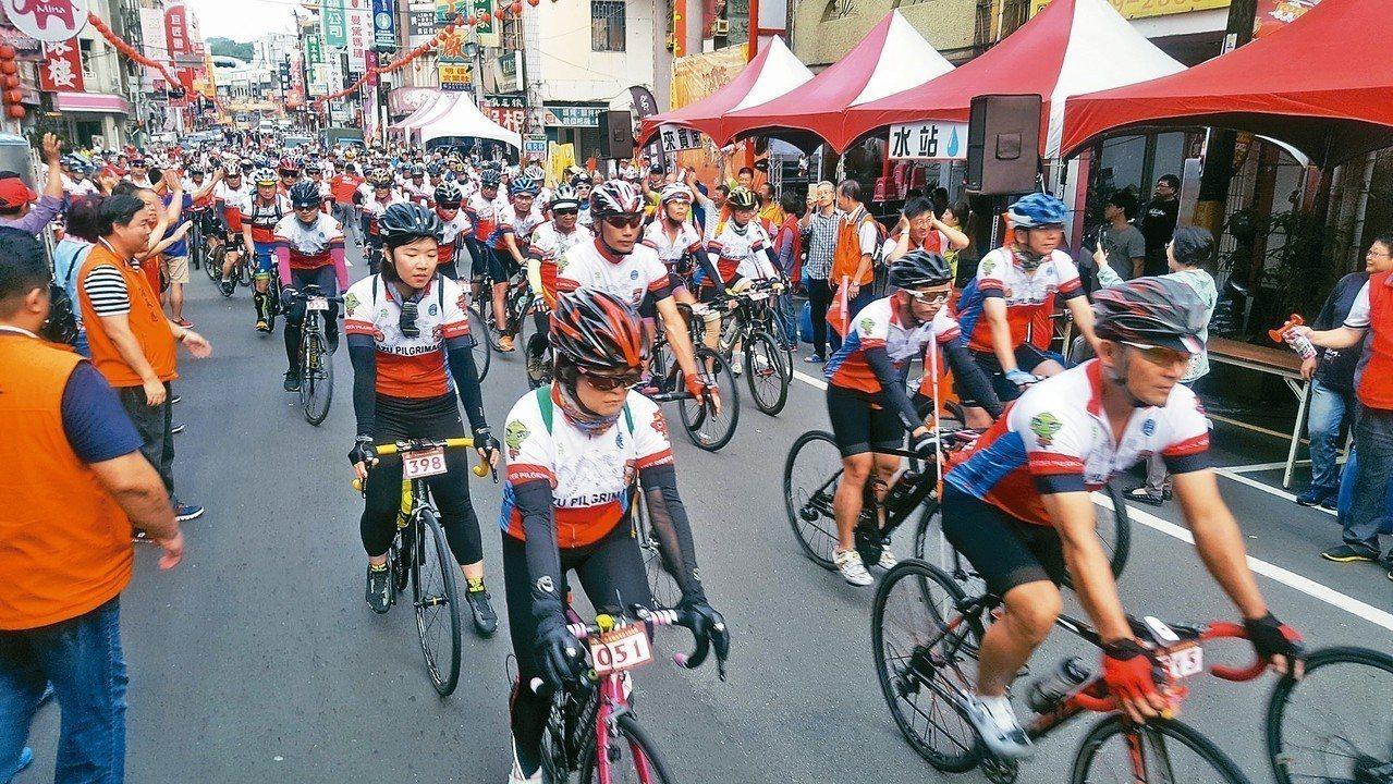 鐵馬進香車隊昨天上午浩浩蕩蕩出發。 記者胡蓬生/攝影
