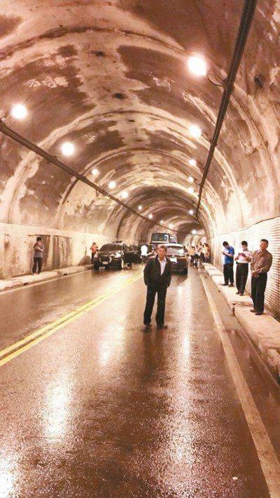 大雨造成蘇花公路坍方,網友貼文指人車被卡在仁清隧道中,進退不得。 圖/游姓民眾提供