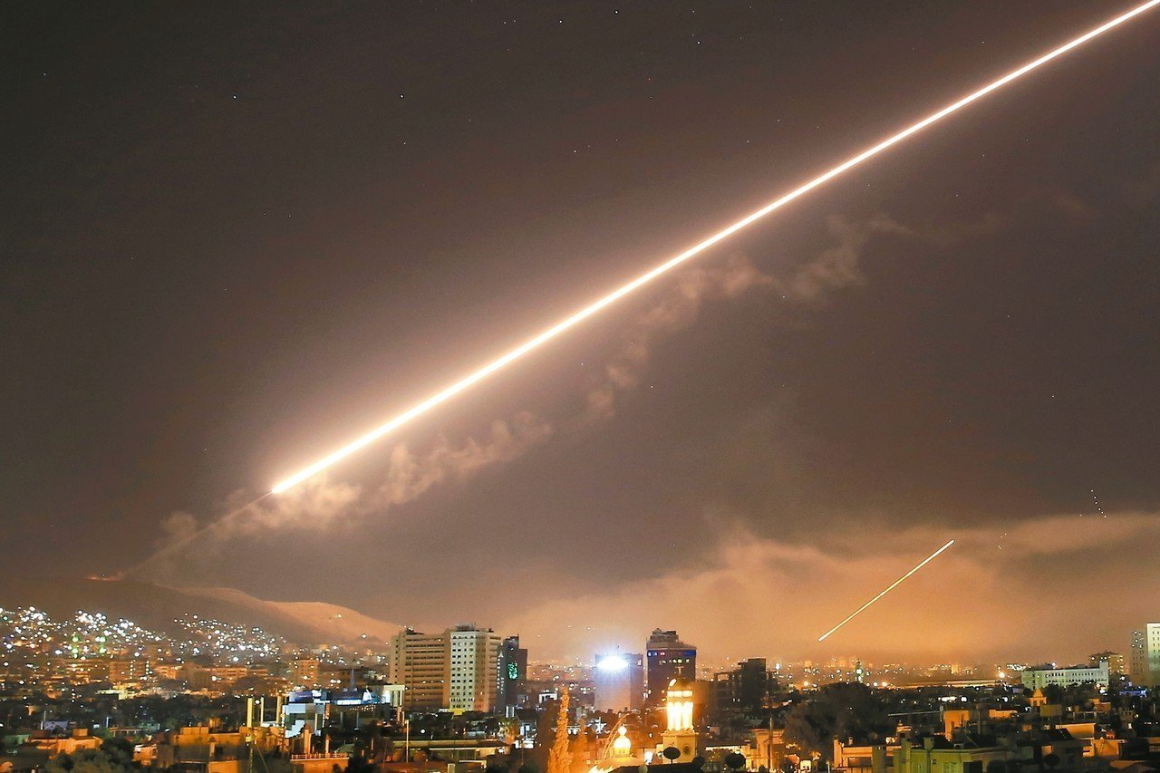 美軍十三日宣布與英、法聯合攻擊敘利亞,一枚飛彈在十四日凌晨劃過敘國首都大馬士革的...