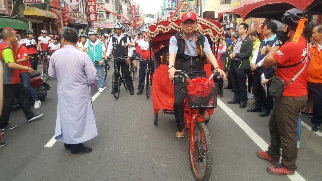 媽祖護神車由電動三輪腳踏車改裝,引導車隊前行。記者胡蓬生/攝影
