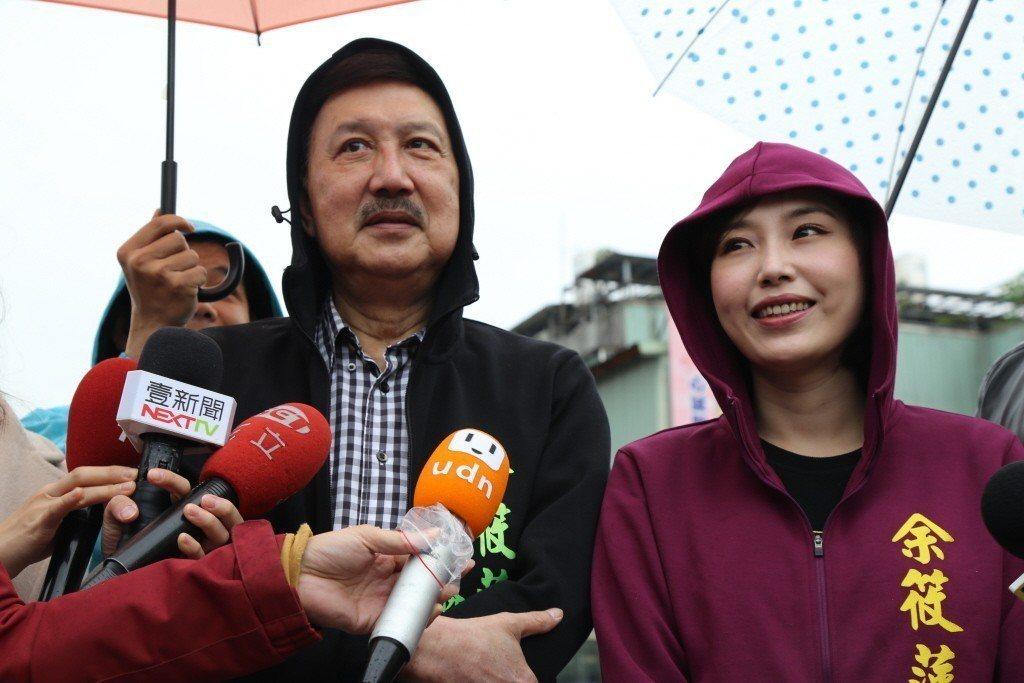 余筱萍(右)競選台北市議員失利。圖為日前民進黨新北市黨部主委余天(左)上午陪同女