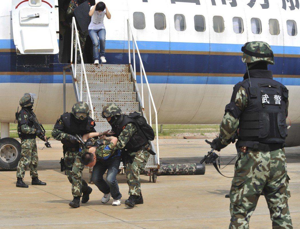 圖為廣東武警總隊官兵進行反劫機演練。 新華社資料照片