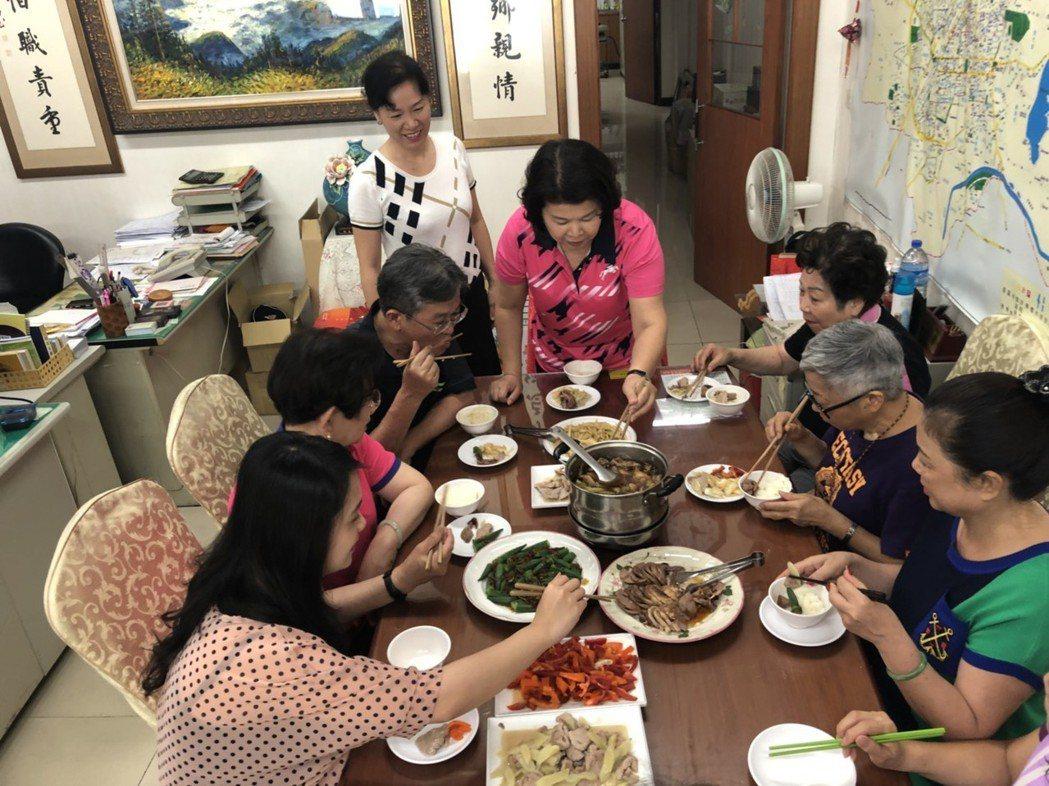 嘉義市議員張秀華服務處常有溫馨的午餐共食,助理、志工、鄰里好友等一起分享家常料理...
