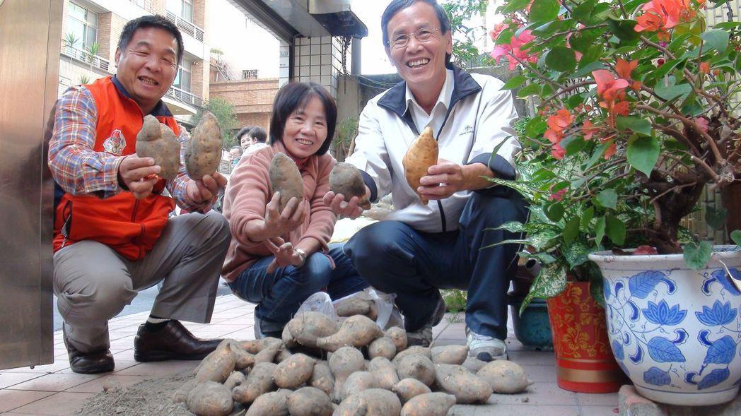 嘉義市議員蔡永泉(右)的服務處幫忙農民銷售地瓜、雞蛋等,用行動助農。記者王慧瑛/...