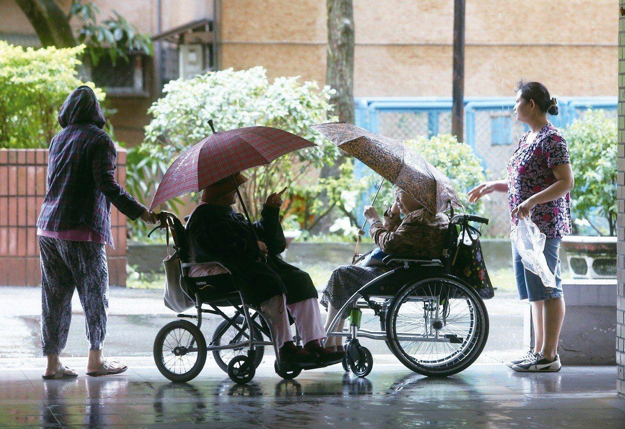因應高齡化社會,保單設計也愈來愈多元。