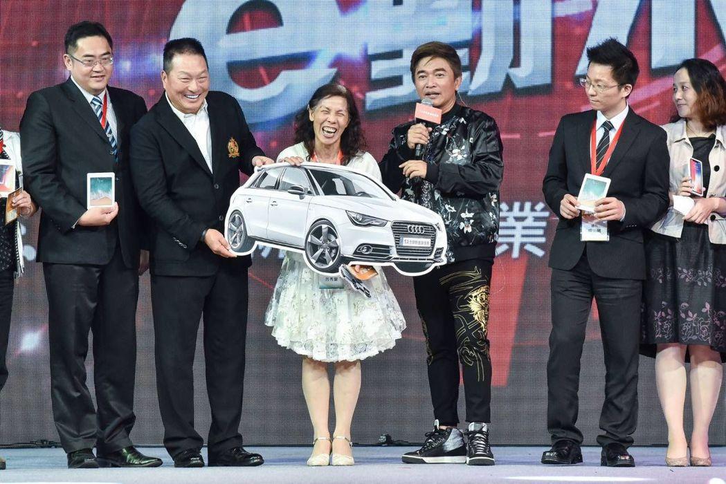 綜藝天王吳宗憲(右三)現身祝賀,霸氣抽Audi A1豪華跑車。