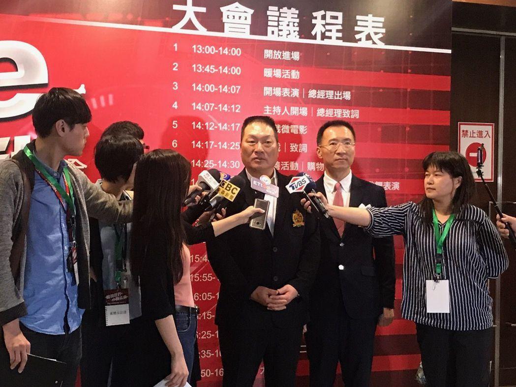 東森集團總裁王令麟(左)、東森全球新連鎖事業總經理彭振東(右)接受媒體聯訪,暢談...