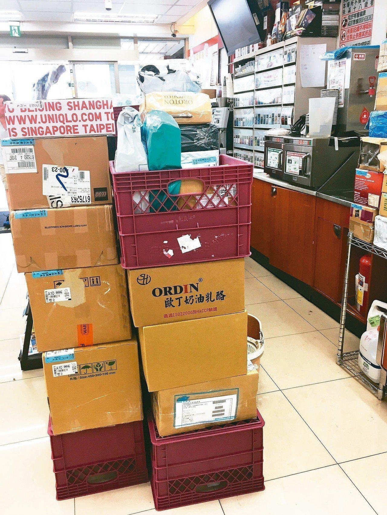 超商電商包裹難分類排序,民眾取貨可能很耗時。 記者雷光涵/攝影