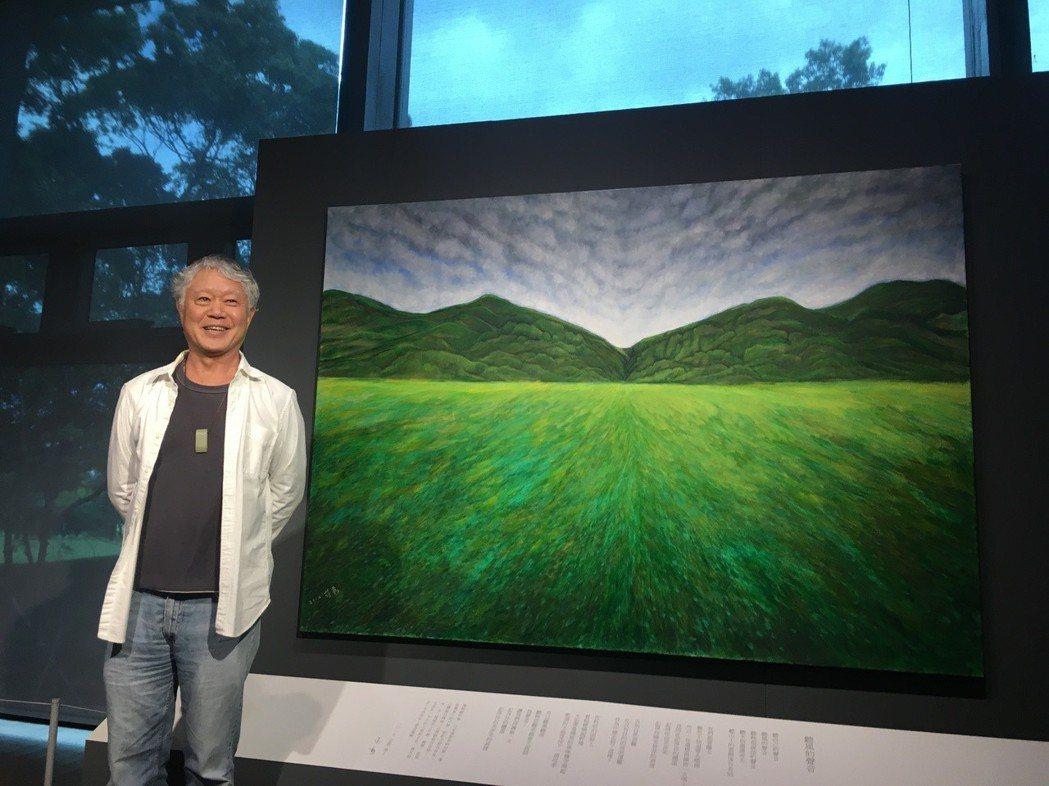 蔣勳與其畫作《雲淡風輕》。 記者何定照/攝影