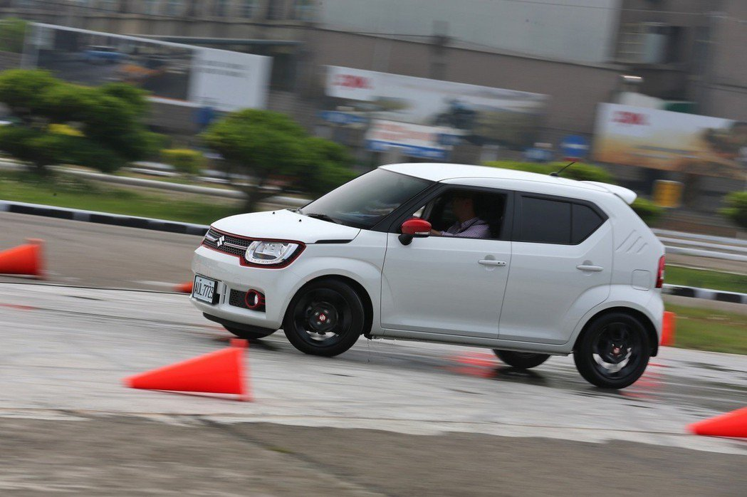 溼滑路面關卡對許多評選車都是嚴苛的考驗,透過此關卡,可清楚呈現車輛主動安全的表現。 圖/台灣寶路多提供