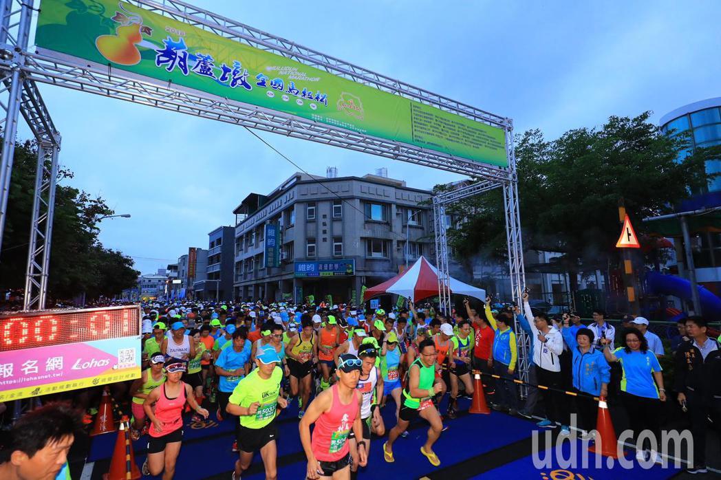 「葫蘆墩全國馬拉松」今早從台中市豐原區葫蘆墩國小開跑,約5000名跑者報名參加。...