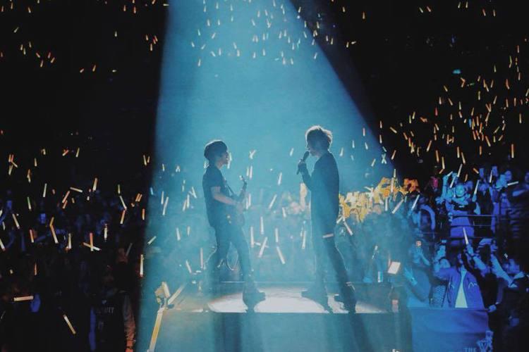 五月天「人生無限公司」巡演14日在長沙站展開,唱到「溫柔」時,阿信突然推算起歌曲問世的那天,更憶起18歲那年,沒想到,本來感性的話,意外抖出石頭和怪獸當年的曖昧接觸。阿信說:「『溫柔』這首歌2000...