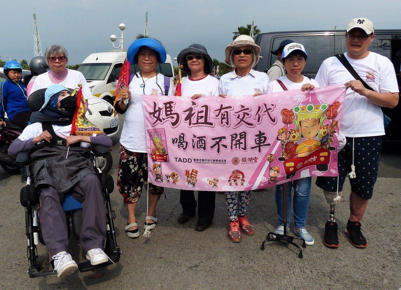 員警陳昭宏(右1)因酒駕少了一條右小腿,今年第一次參與遶境躦轎腳。記者凌筠婷/攝...