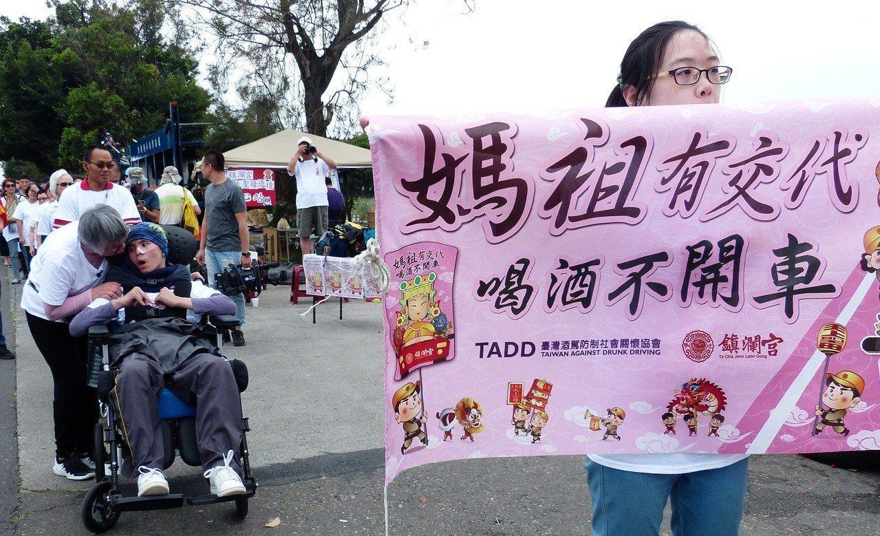 台灣酒駕防制社會關懷協會今天帶著四個酒駕受害家庭至溪州公園外躦轎腳,領受媽祖賜福...