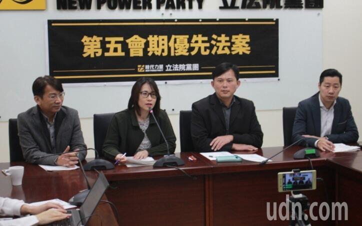 時代力量主席黃國昌(右二)與立委林昶佐(右一)。記者林麒瑋/攝影