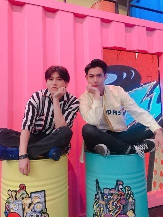 晨翔(右)和邱宇辰一起錄八大「娛樂百分百」。圖/八大提供