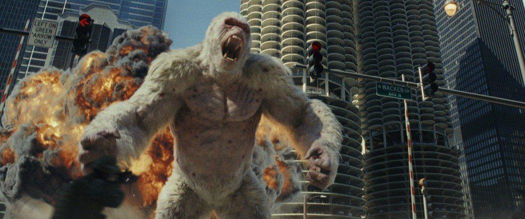 巨石強森攜手巨大猩猩喬治,要在電影「毀滅大作戰」中攜手對抗強大怪獸拯救世界。圖/...