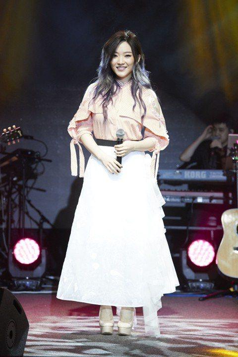 閻奕格(格格)今晚在台北舉辦了「我有我自己」音樂會,邀來Tank擔任嘉賓合唱「不該」。她誠意十足,為歌迷準備了驚喜,完全不會講閩南語的她苦練了「追追追」,笑說:「大家都說閩南語歌最重要的就是口氣和氣...