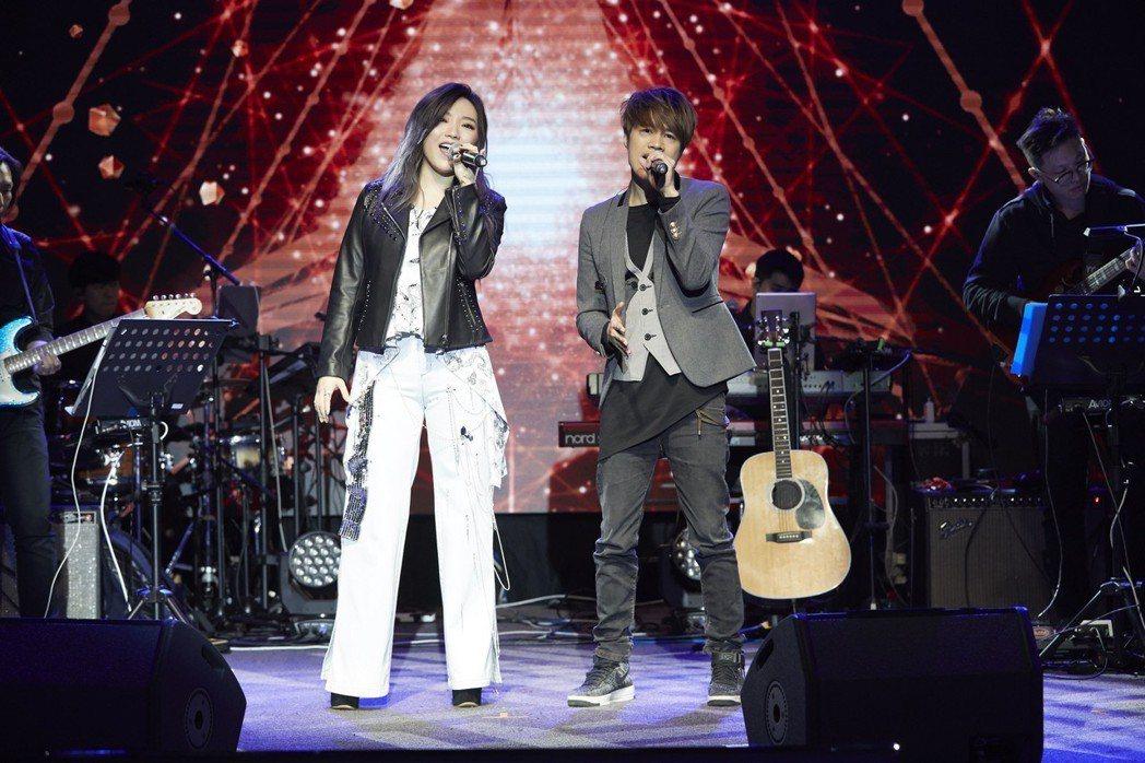 閻奕格找Tank合唱「不該」。圖/華研國際提供