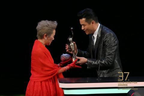 香港資深女星葉德嫻以「明月幾時有」獲得香港電影金像獎最佳女配角獎。她在得獎時感謝導演許鞍華,與劇組所有幕後人員,葉德嫻形容,電影界幕後工作者,就像她在片中扮演的地下抗日分子一樣,在別人看不到的角落裡...