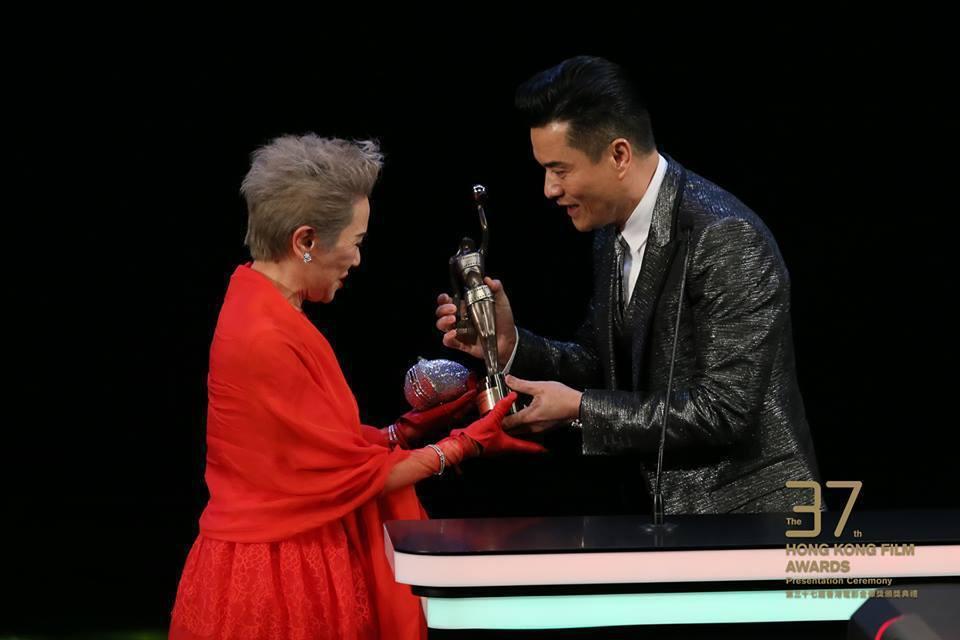 頒獎人呂良偉為得獎者葉德嫻送上獎座。圖/摘自臉書