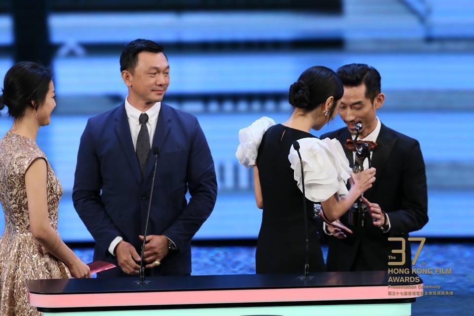 「大佛普拉斯」導演黃信堯(左)、男主角陳竹昇領獎。圖/摘自臉書