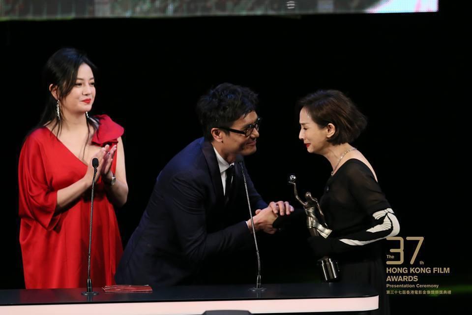 頒獎人趙薇(紅衣者)、林家棟頒獎給毛舜筠。圖/摘自臉書