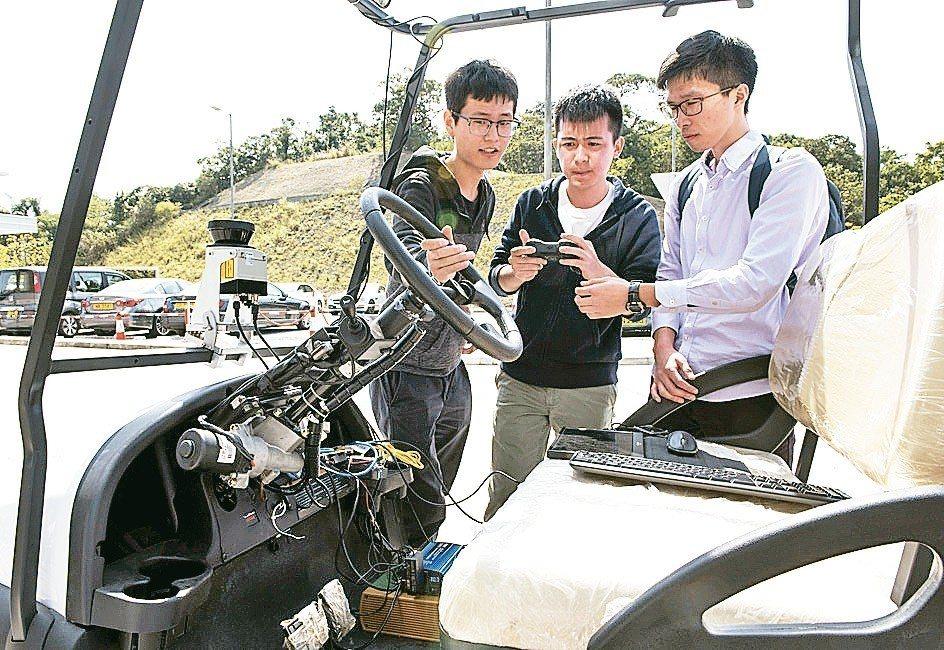 香港科技大學去年底成功研發全港首部無人車,除了感應器系統和動態建模系統,還研發一...