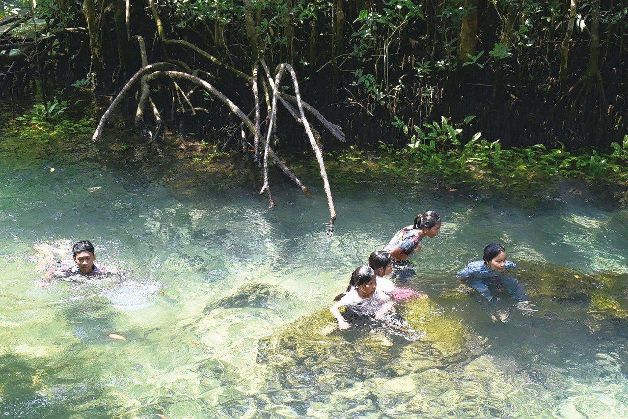 Tha Pom Khlong Song Nam猶如一個天然森林游泳池。 記者魏妤...
