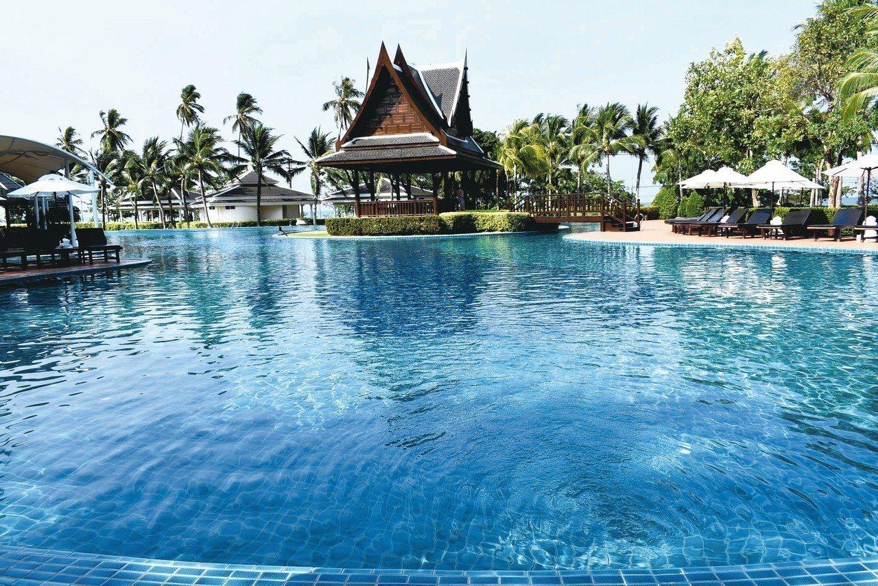 索菲特喀比高爾夫度假村內有號稱泰國最大的泳池。 記者魏妤庭/攝影