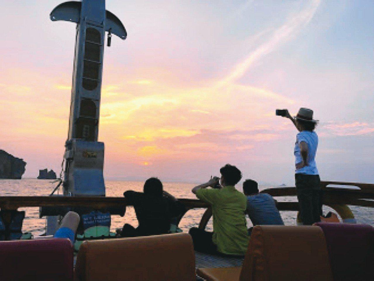 郵輪環島欣賞日落,追著日落跑,也是一種另類體驗。 記者魏妤庭/攝影