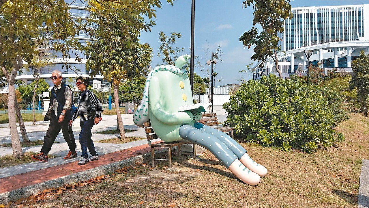 插畫藝術創作者包大山在東湖公園內的作品「熊超人」。 記者趙容萱/攝影