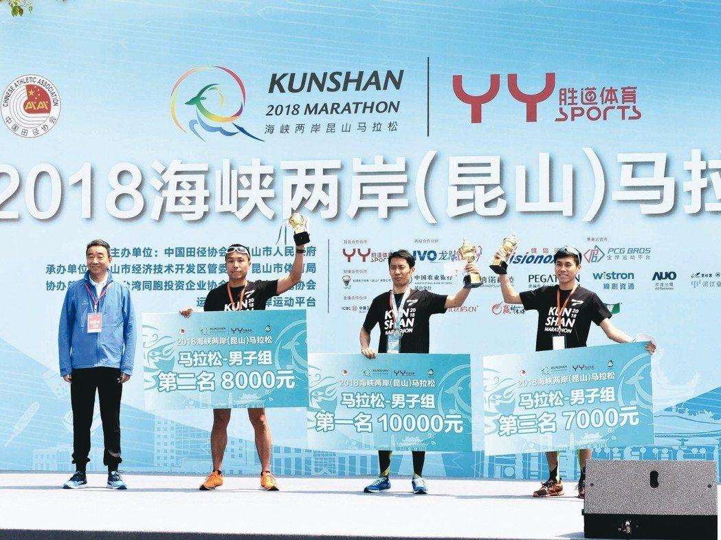 首屆昆馬由來自蘇州的蘭基勇(中)抱走冠軍,台北選手李智群(左)、陳秉豐(右)則拿...