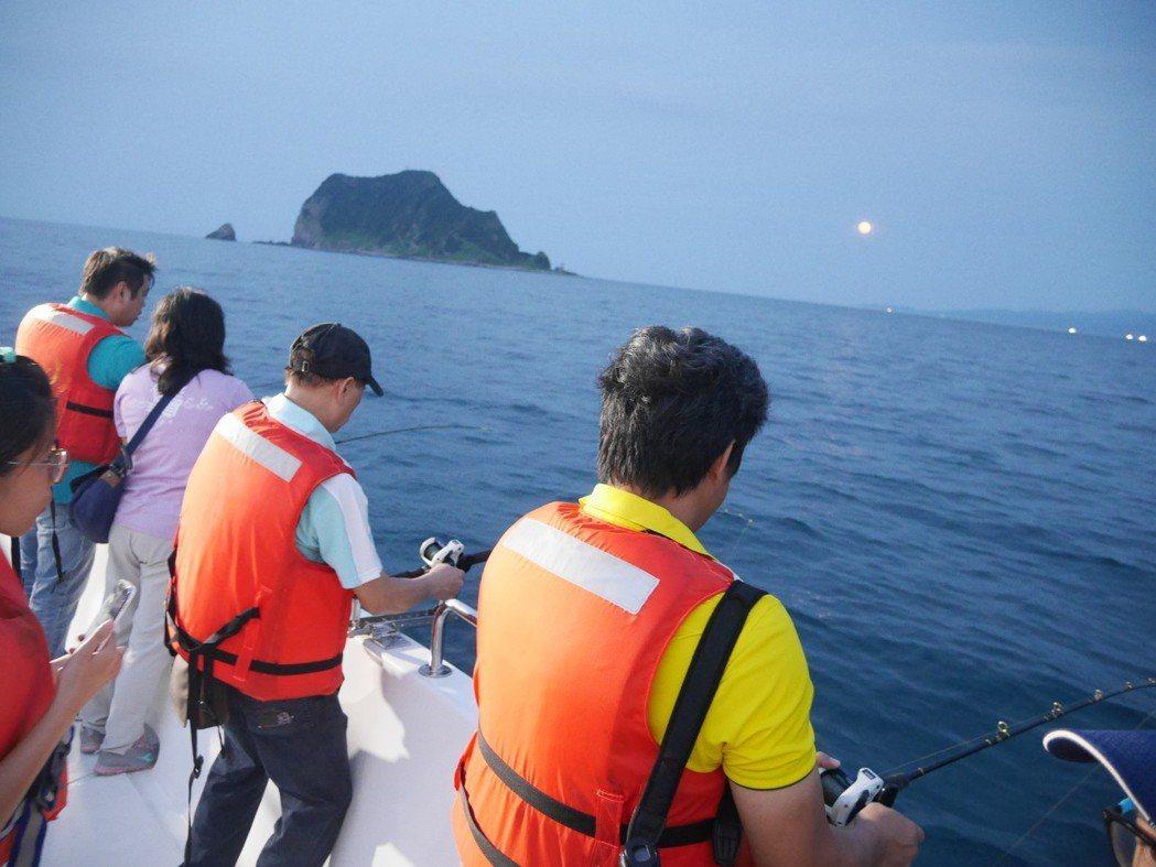 夏天到基隆嶼附近海域夜釣,遊程很夯。 記者吳淑君/攝影