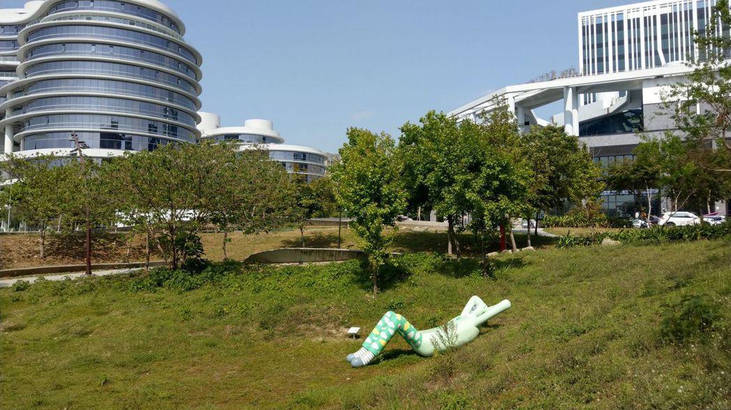 插畫藝術創作者包大山在台中市大里區東湖公園內作品「熊超人」。記者趙容萱/攝影